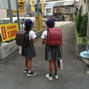 2 Japanse meisjes met ransel I @Makiko